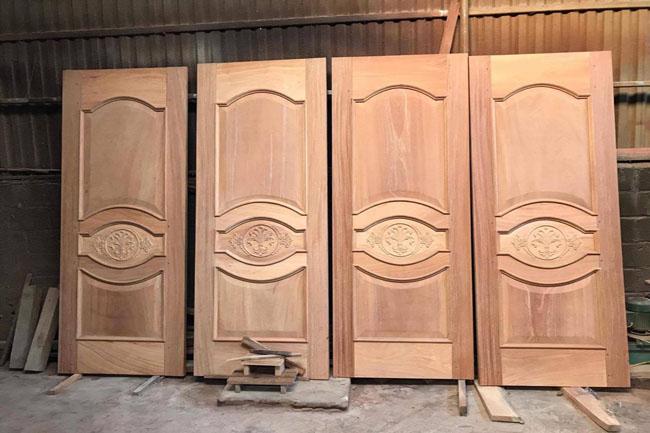 Cửa gỗ chưa sơn tại xưởng