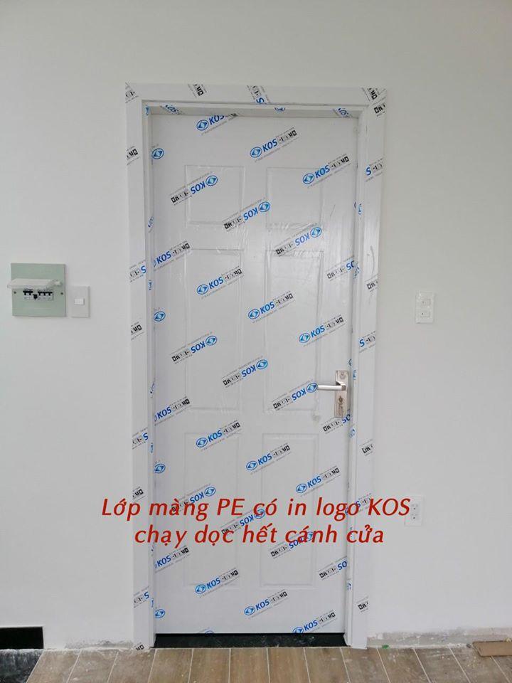Lớp màng PE có in logo KOS chạy dọc hết cánh cửa.