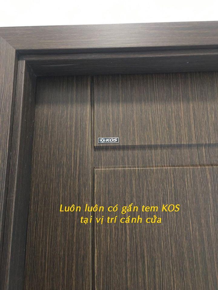 Tem KOS bằng kim loại được gắn trên cánh cửa