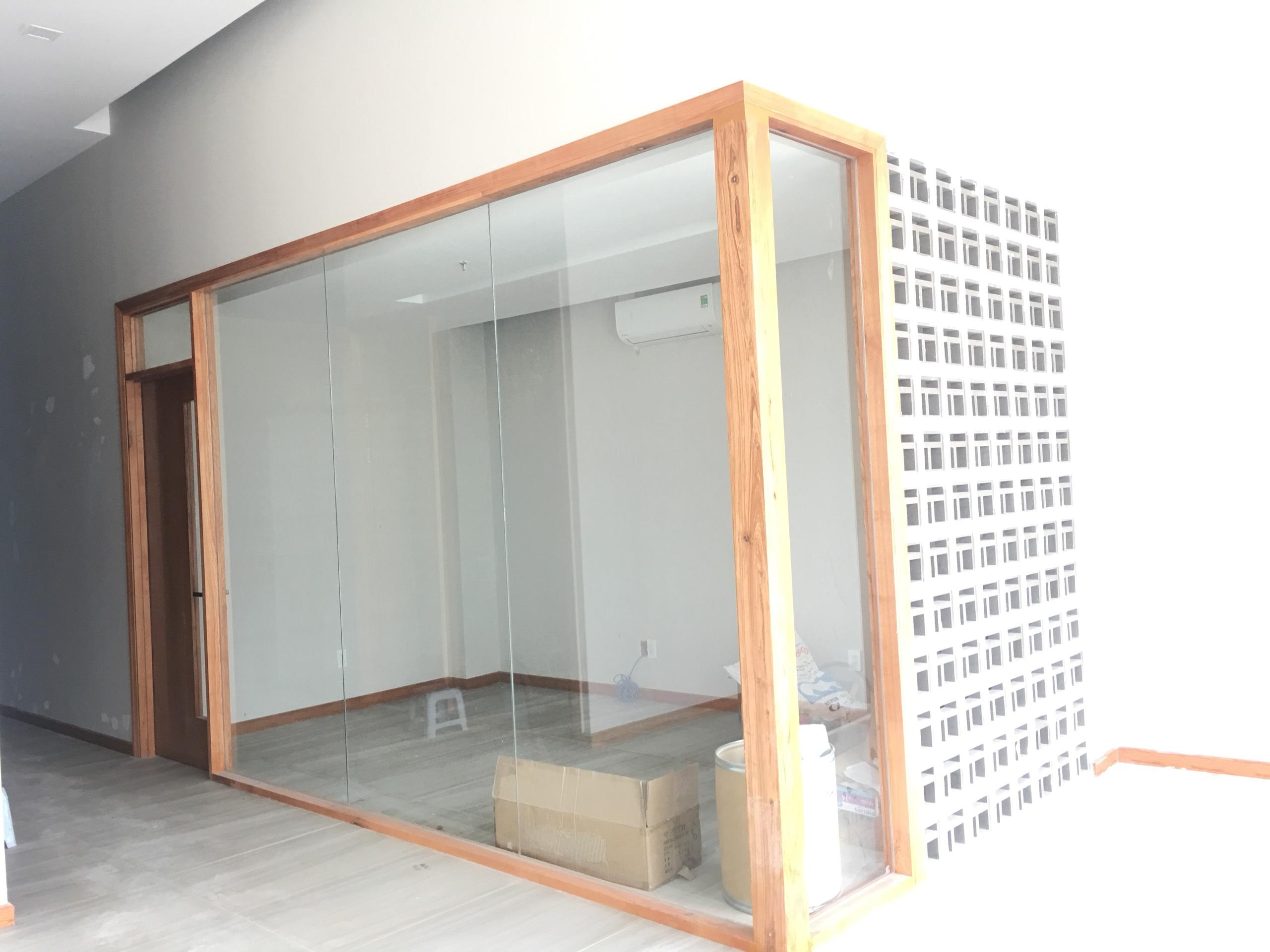 Cửa văn phòng dưới sảnh