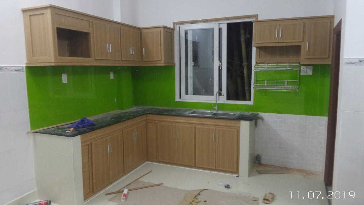 Tủ bếp mặt giữa lát Acrylic