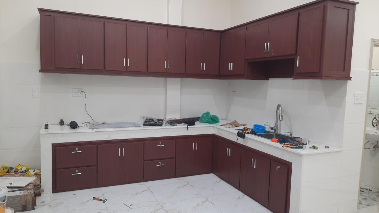 Tủ bếp màu đỏ nâu